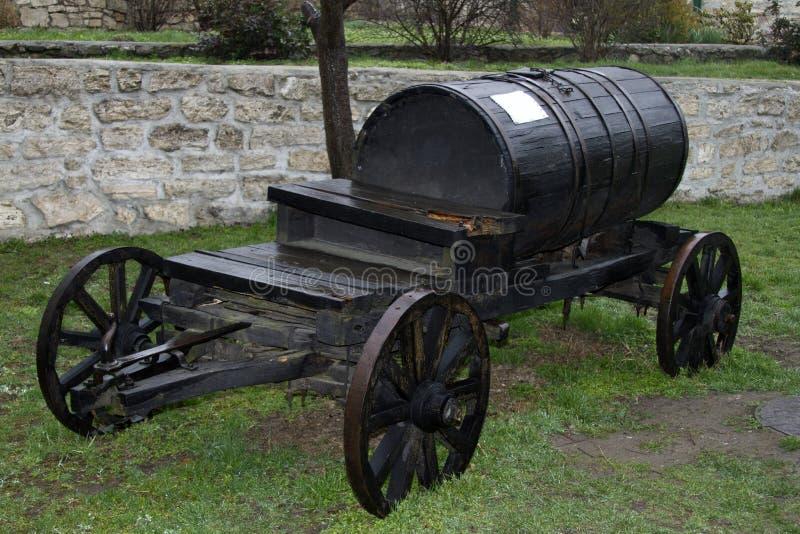 葡萄酒黑桶无盖货车运输水 免版税库存照片