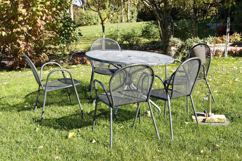 葡萄酒锻铁桌和椅子野餐的在意大利庭院里 库存图片
