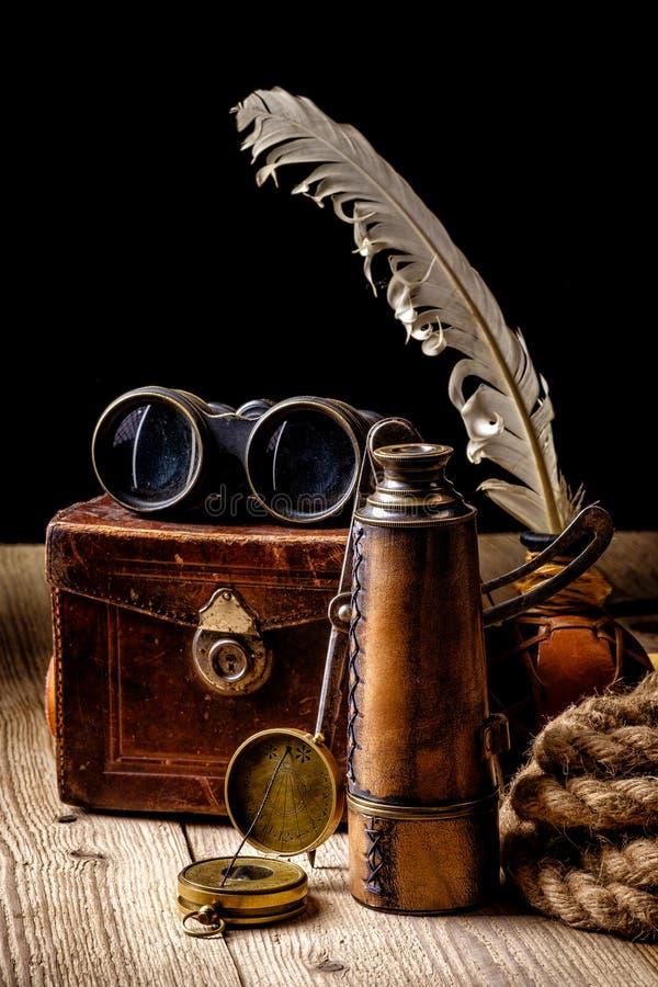 葡萄酒Grunge静物画 在木桌上的古色古香的项目 免版税库存图片