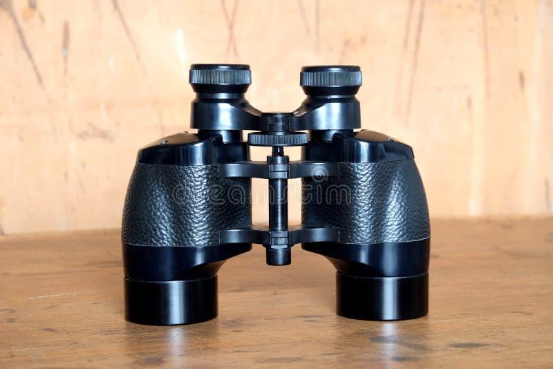 葡萄酒Porro棱镜黑色双筒望远镜woden背景 库存照片
