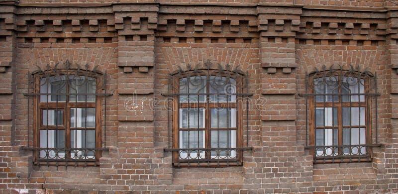 葡萄酒Windows在砖房子里 图库摄影