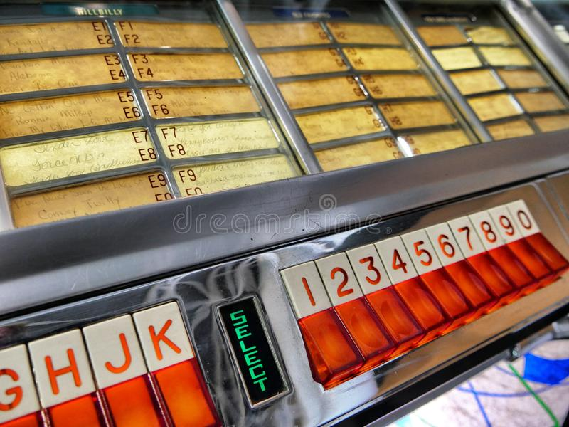 葡萄酒Wurlitzer自动电唱机硬币看法的接受器和键盘关闭 库存图片