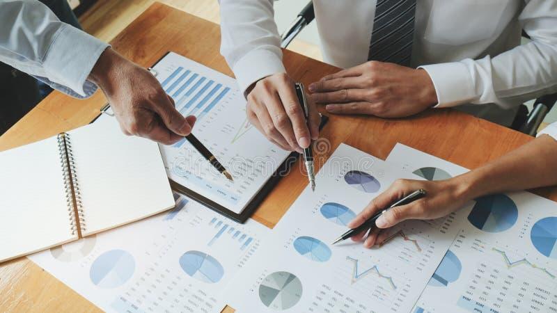 董事和谈论在业务会议上,在办公室,同事管理 免版税库存照片