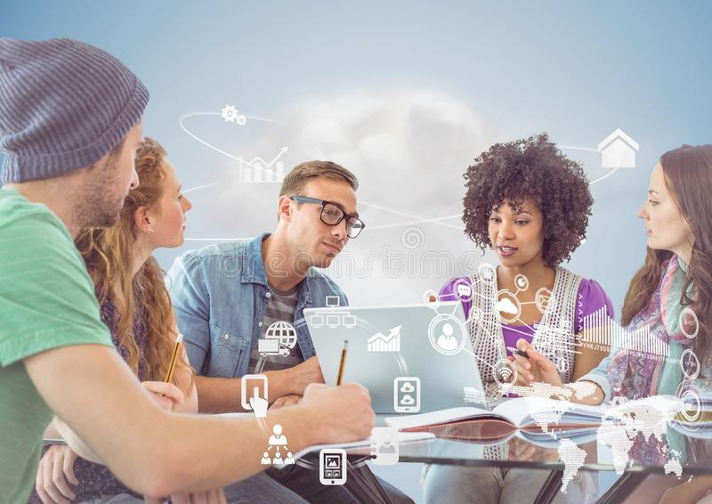董事谈论在膝上型计算机在办公室和全球性通信接口 免版税库存照片