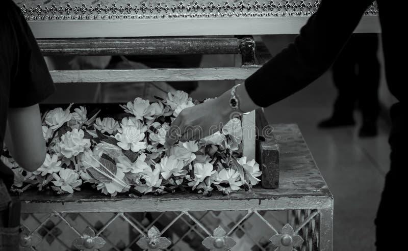 葬礼在泰国 人们投入檀香木花支付最后的进贡到已故 泰国佛教葬礼 木火葬 免版税库存照片
