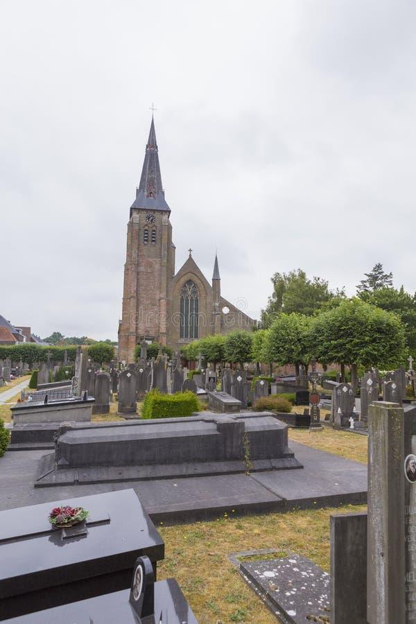 葬礼建筑学和一个老教会从一个老坟园从布鲁日 库存照片