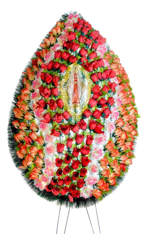 葬礼的五颜六色的花的布置花圈被隔绝的 免版税库存照片