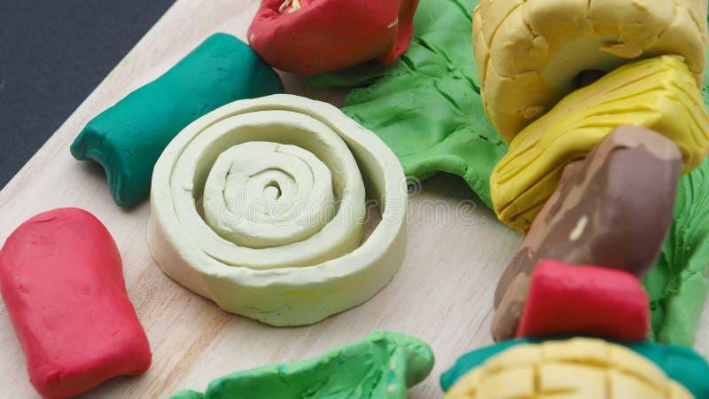 葱、辣椒、牛肉、菠萝、玉米和莴苣模子黏土雕刻 免版税库存照片