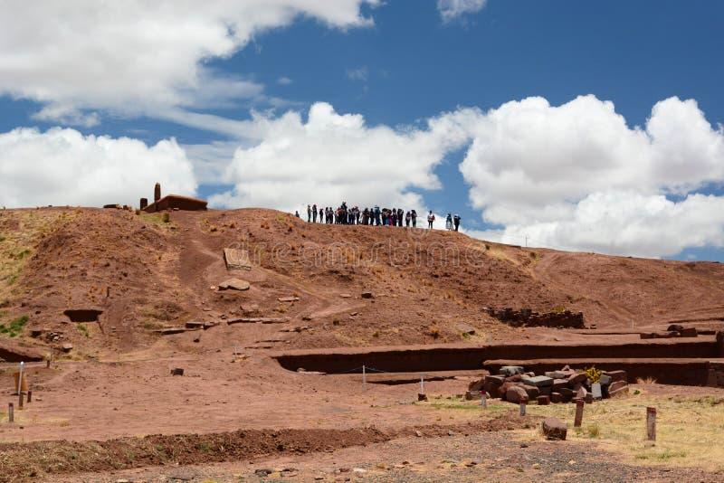 蒂亚瓦纳科考古学站点的游人 流星锤 免版税库存照片
