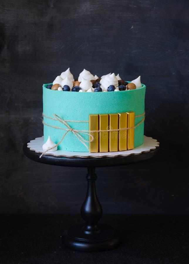 蒂凡尼在有金黄砖的一卷饼干磁带包裹的颜色蛋糕 库存照片