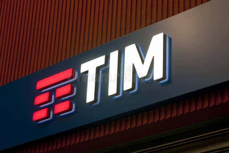 蒂姆,在商店标志提供电话、机动性和网络服务的意大利电信公司商标  库存照片
