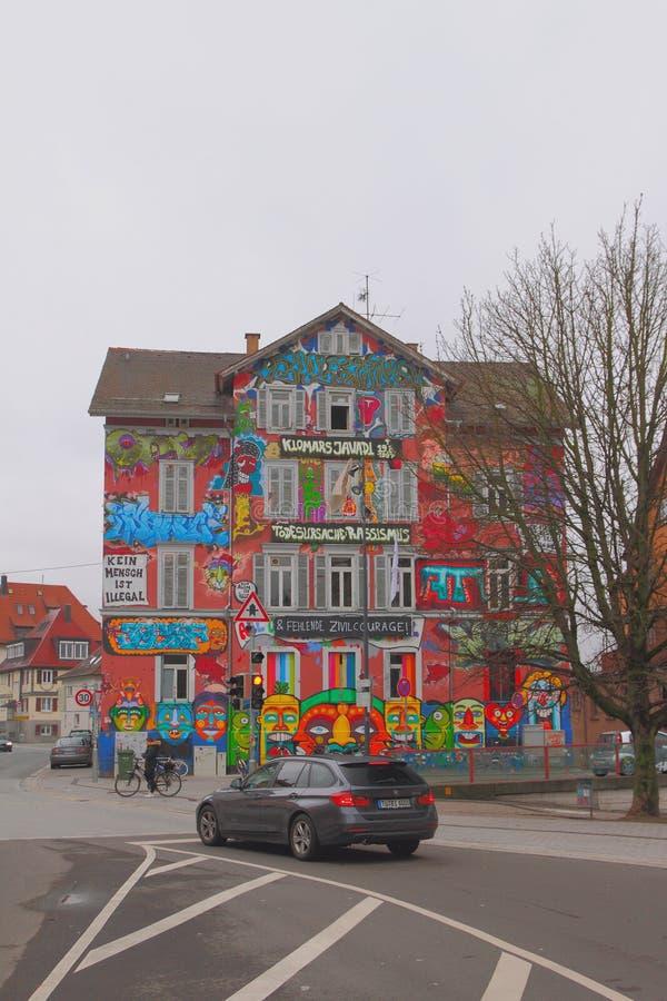 蒂宾根,巴登-符腾堡州,德国- 2018年1月07日:城市街道和青年活动中心 图库摄影