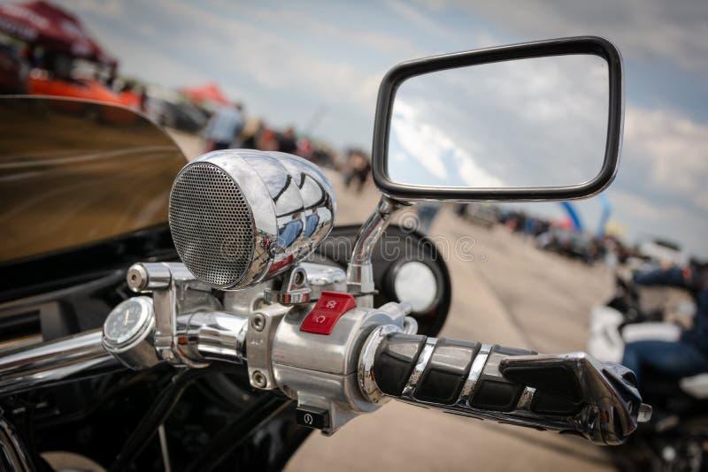 蒂拉斯波尔,摩尔多瓦- 2019年5月11日:本田摩托车气体瘤、音乐专栏和镜子在阻力街道赛跑 免版税图库摄影