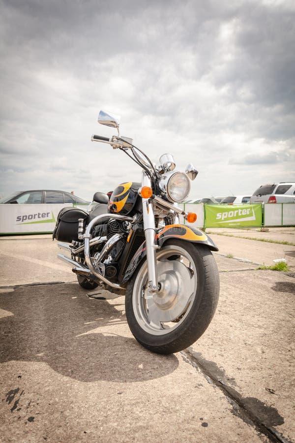 蒂拉斯波尔,摩尔多瓦- 2019年5月11日:阻力街道自行车摩托车准备好种族在11次汽车短程加速赛比赛 图库摄影