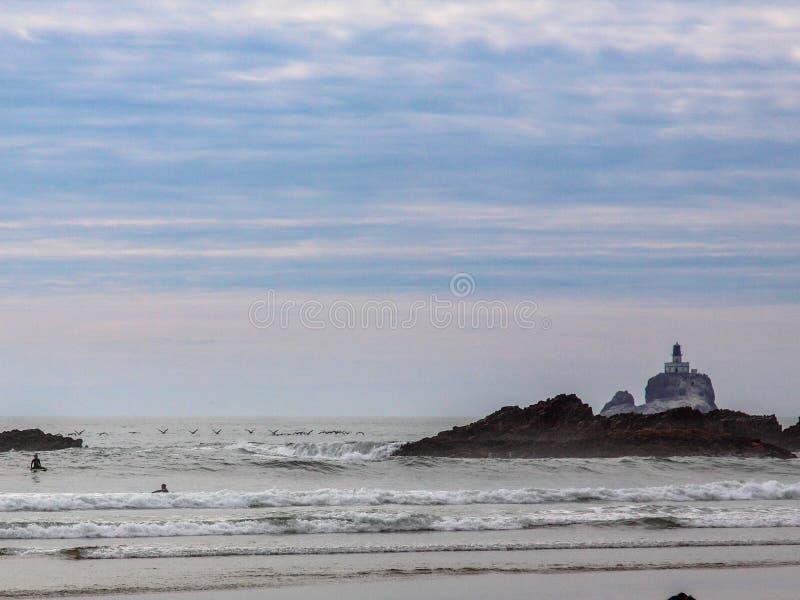 蒂拉穆克与鸟群的岩石光看法在前景的 库存图片