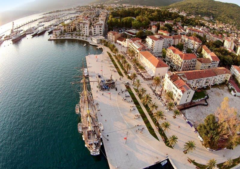 蒂瓦特镇和波尔图黑山鸟瞰图  库存图片