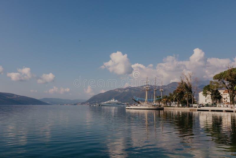 蒂瓦特,黑山- 2018年11月9日:走在蒂瓦特市晴朗的沿海岸区的游人  免版税库存照片