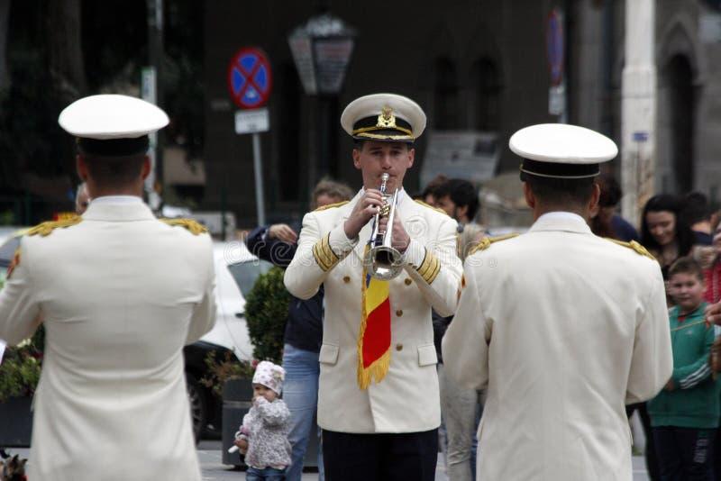 蒂米什瓦拉,罗马尼亚–09 27 2015在白色游行服装穿戴的军事夸耀弹奏乐器 库存照片