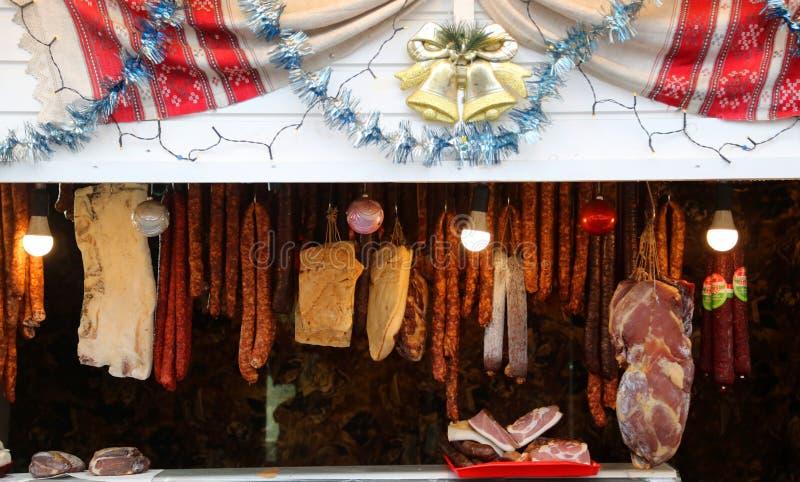 蒂米什瓦拉,罗马尼亚–12 28 猪肉产品香肠,火腿,烟肉,蒜味咸腊肠2018不同  免版税库存图片