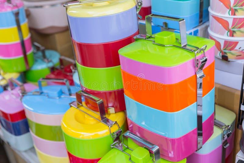 蒂芬箱子或食物载体堆五颜六色BPA塑料安全食物包含 库存照片