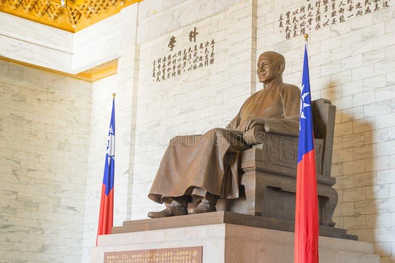 蒋中正古铜色雕象在中正纪念堂里面的 库存图片