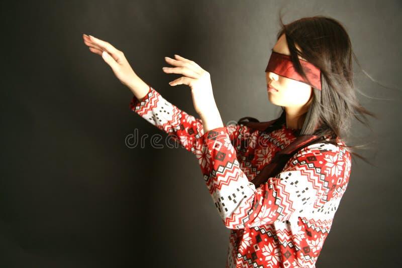 蒙住眼睛女孩佩带 免版税库存照片