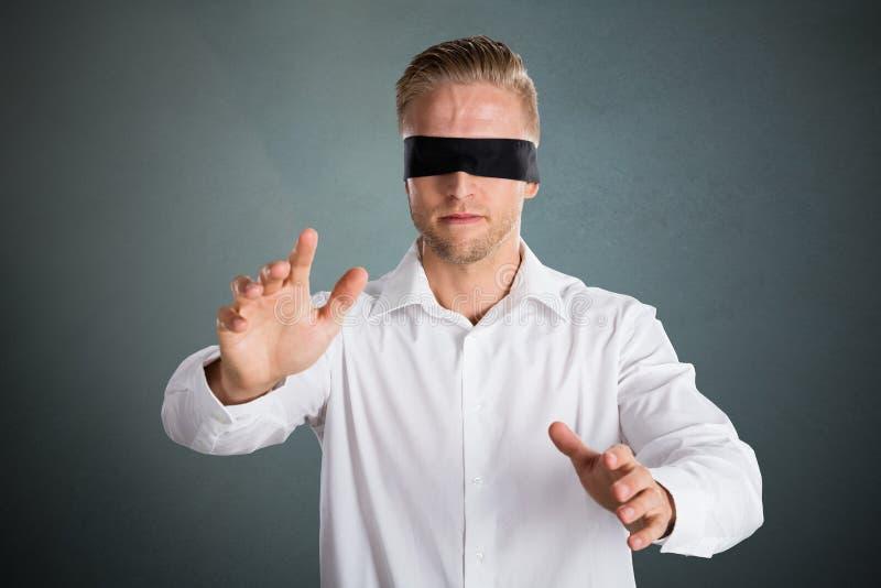 年轻蒙住眼睛的商人 免版税库存图片