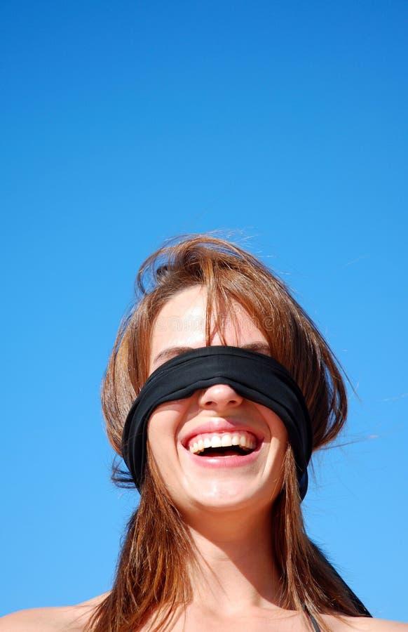 蒙住眼睛的妇女年轻人 库存图片