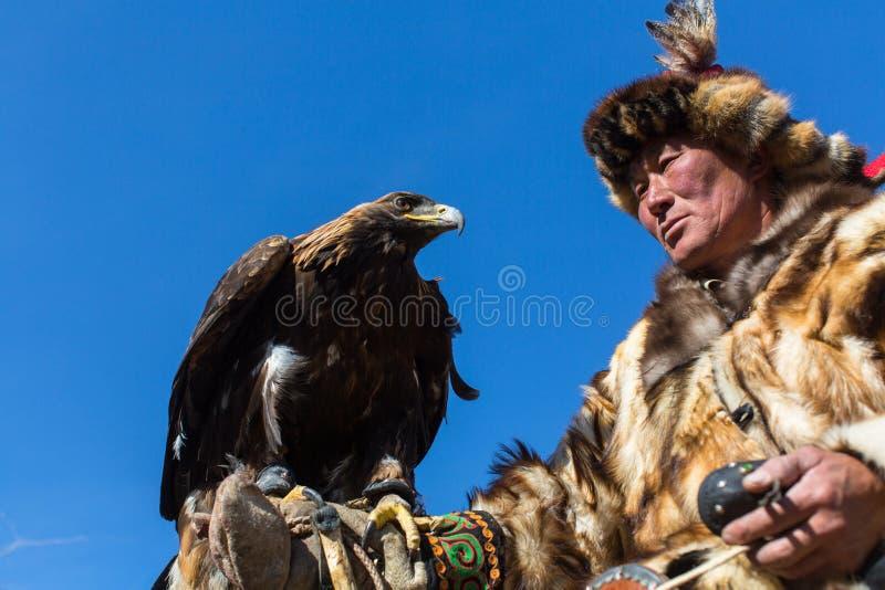 Download 蒙古哈萨克人老鹰猎人传统衣物,拿着在他的胳膊的一只鹫 编辑类图片. 图片 包括有 猎人, 哈萨克人, 文化 - 102458380