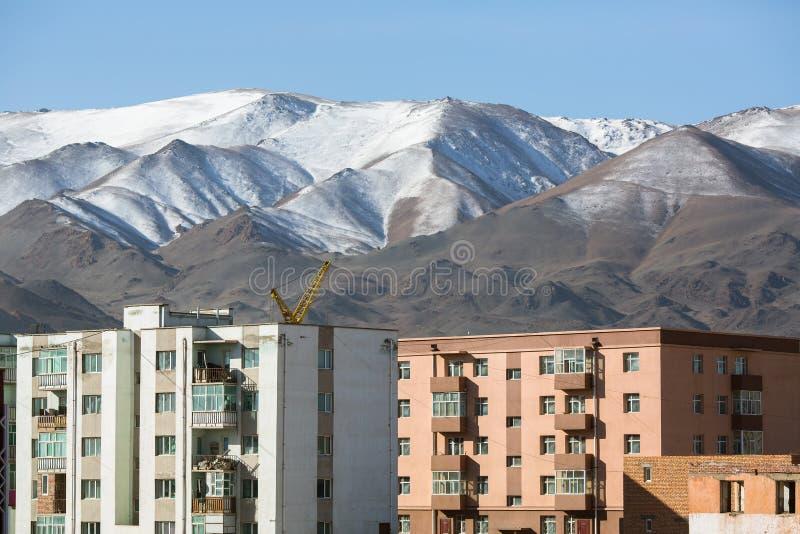 蒙古城市、房子和山 免版税库存照片