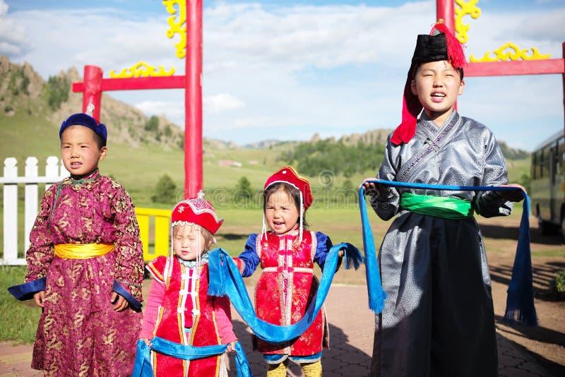 从蒙古孩子的热烈欢迎 免版税库存照片