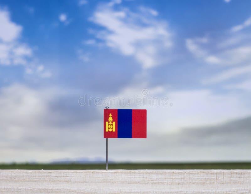 蒙古的旗子有浩大的草甸和天空蔚蓝的在它后 库存图片