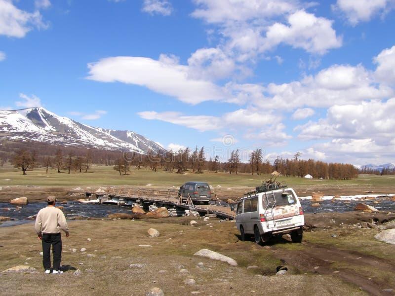 蒙古西部,蒙古- 29日2012年 旅行在路的汽车的外国游人 免版税库存图片