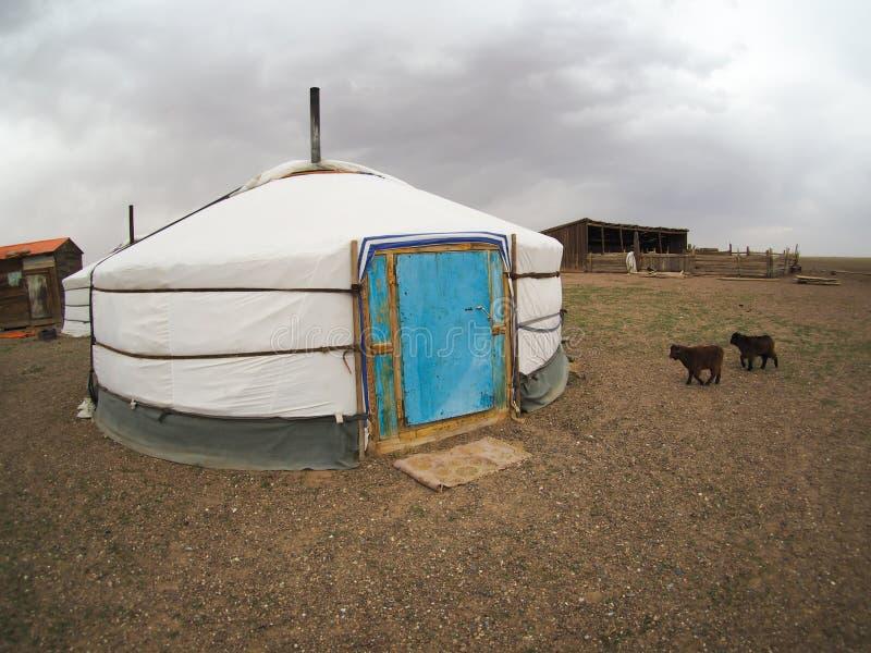 蒙古语热尔省或yurts在隔壁滩-旅行和旅游业 免版税库存图片
