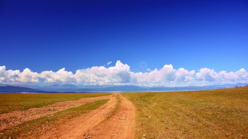 蒙古 横跨干草原的路往山萨彦岭在村庄附近临近湖Hovsgol在蒙古,  库存照片
