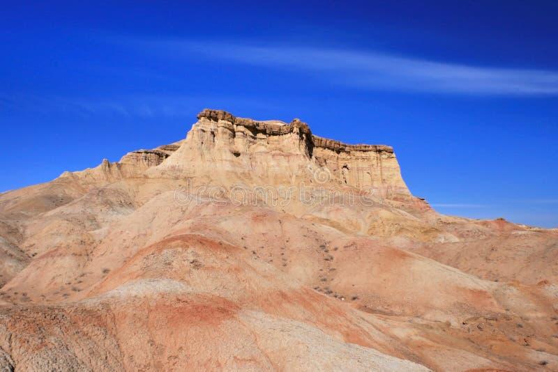 蒙古Dundgovi省戈壁沙漠Tsagaan Suvraga'白色苏打'地区山 免版税图库摄影