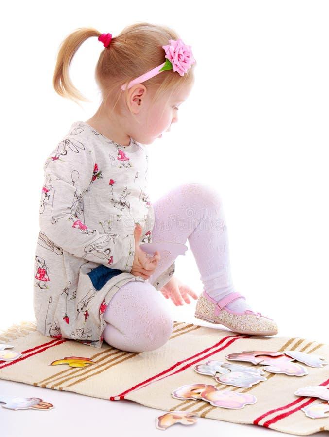 蒙台梭利幼儿园使用的小女孩 免版税库存图片