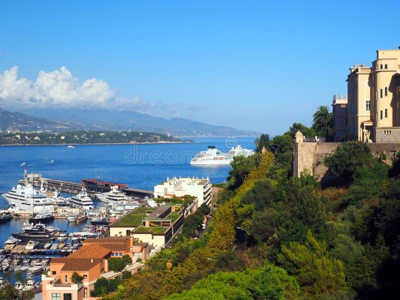 蒙地卡罗、摩纳哥有游艇的和宫殿港口的 免版税库存照片