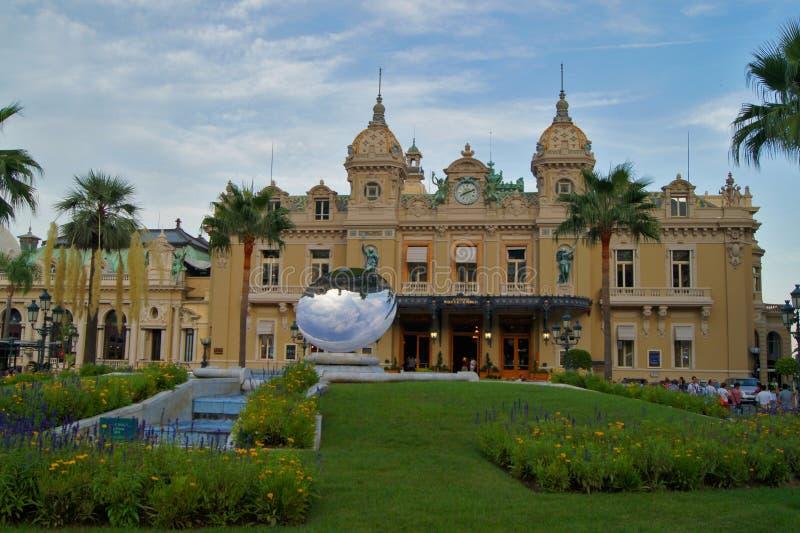 蒙地卡罗赌博娱乐场和天空在摩纳哥反映雕塑 库存照片