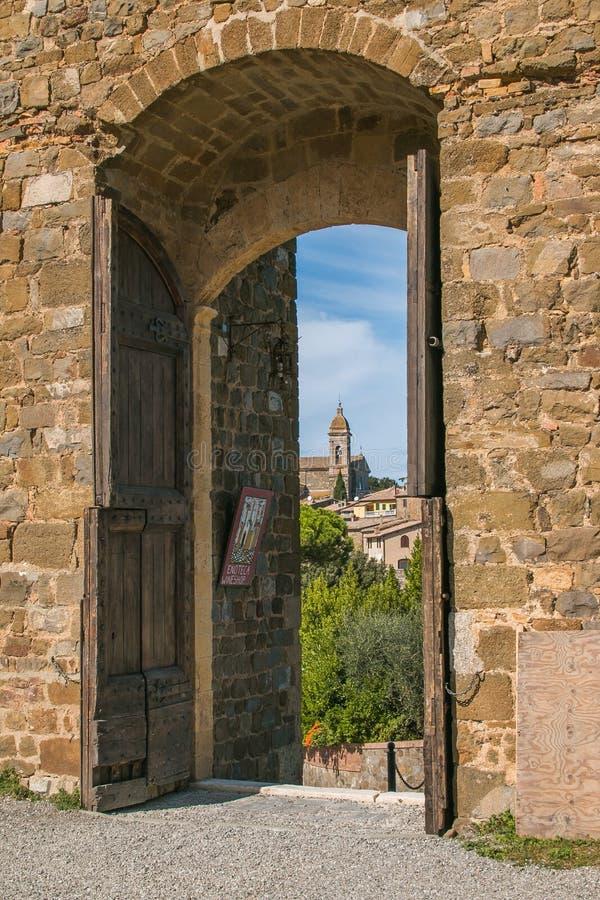 蒙塔尔奇诺的美丽景色,从托斯卡纳瓦尔德奥尔西亚老堡的门上可以看到 免版税库存图片