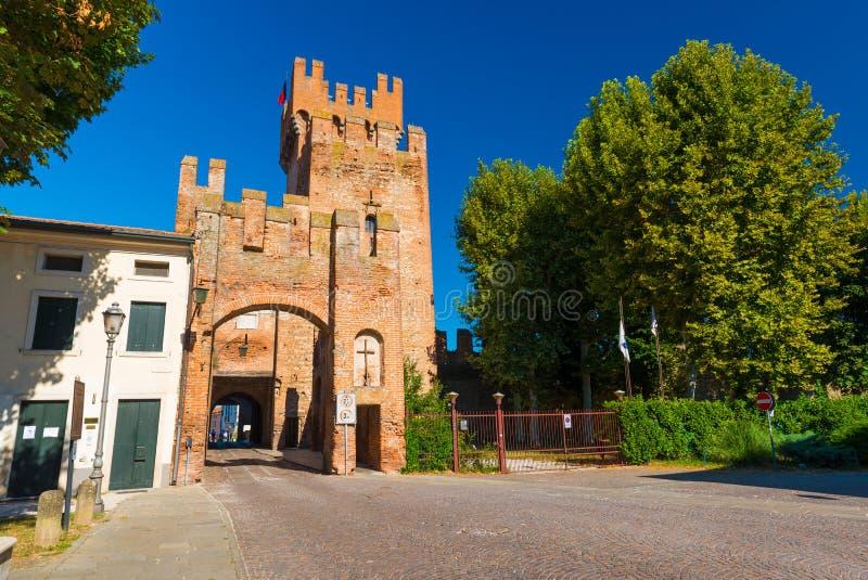 蒙塔尼亚纳,意大利:与城市门的老塔 帕多瓦省的被围住的镇  库存图片