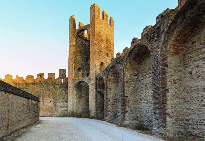 蒙塔尼亚纳,意大利- 2017年8月6日:老城市的静街的建筑学在清早 免版税库存照片