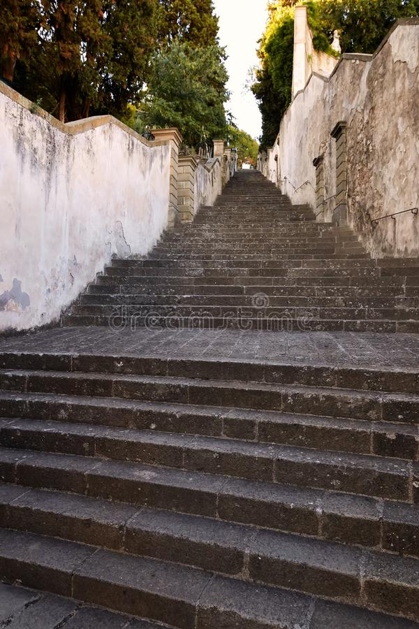 蒙塞利切,意大利- 2017年7月13日:别墅Dudo 楼梯是ekzedra -有以法郎命名的适当位置的一个半圆平台 库存照片