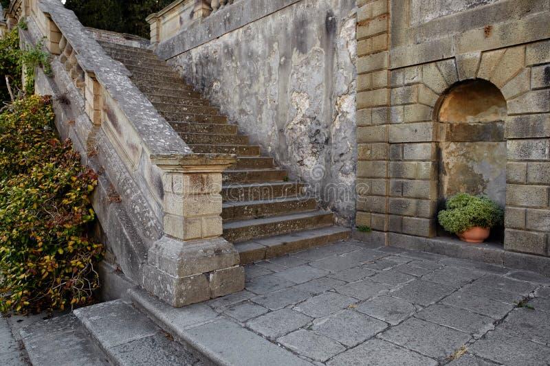 蒙塞利切,意大利- 2017年7月13日:别墅Dudo 楼梯是ekzedra -有以法郎命名的适当位置的一个半圆平台 免版税图库摄影