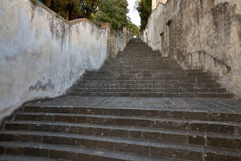 蒙塞利切,意大利- 2017年7月13日:别墅Dudo 楼梯是ekzedra -有以法郎命名的适当位置的一个半圆平台 免版税库存照片