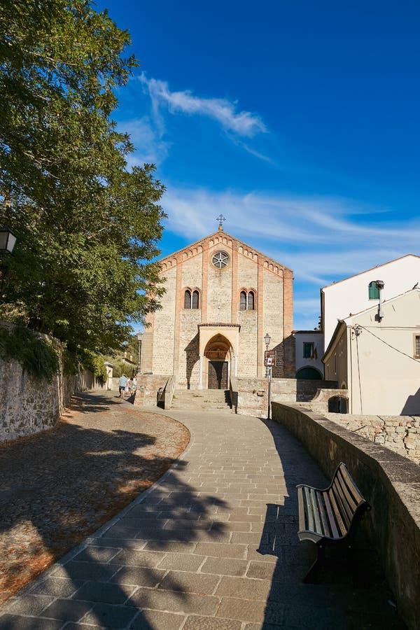 蒙塞利切,意大利- 2017年7月13日:圣朱斯蒂纳老大教堂的门面在帕多瓦省的蒙塞利切  免版税库存照片