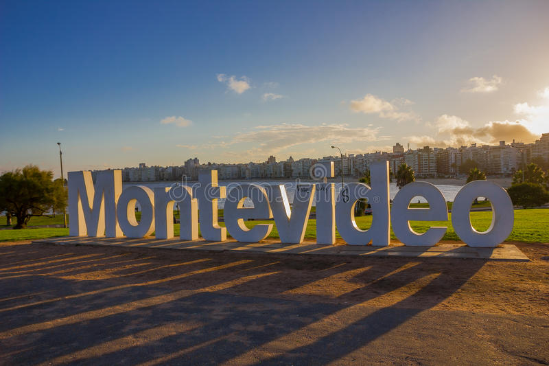 蒙得维的亚,乌拉圭- 2016年5月04日:好的日落轻审阅位于la的蒙得维的亚信号兰布拉 库存照片