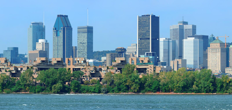 蒙特利尔在河全景的市地平线 库存照片