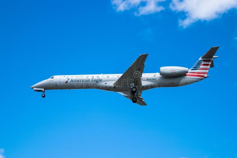 蒙特利尔魁北克,加拿大- 2018年7月06日:巴西航空工业公司ERJ-145美国老鹰航空公司着陆N637AE在皮埃尔・埃利奥特・特鲁多的 免版税库存图片