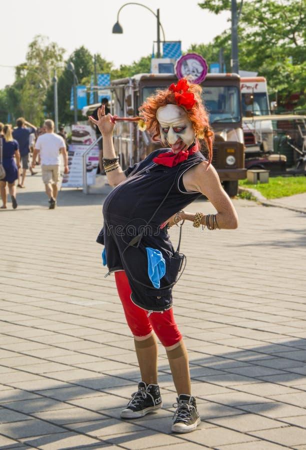 蒙特利尔,加拿大- 2014年8月10日:一个巫婆的面具的孕妇蒙特利尔街道的  免版税库存图片